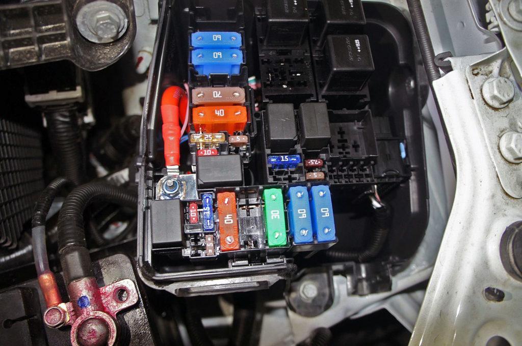 Фото монтажного блога предохранителей в моторном отсеке на Ладу Весту